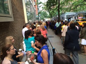 standing-in-line-649896_1920