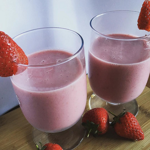 healthy strawberry smoothie, strawberry smoothie recipe